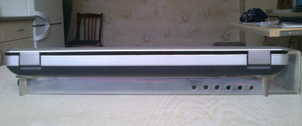 Компактная подставка для ноутбука с направленной системой обдува-отвода тепла