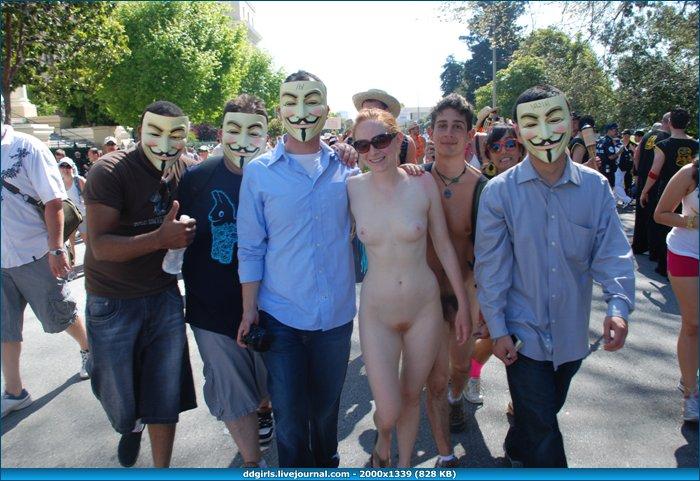 Среди голых мужчин фото