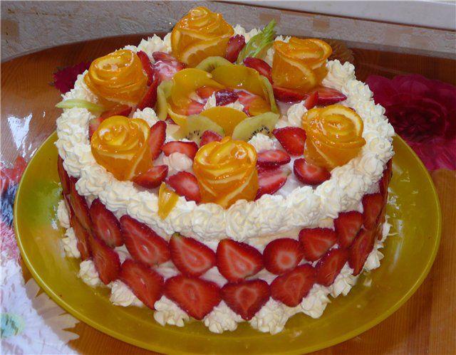 Торт с клубникой и яблоками