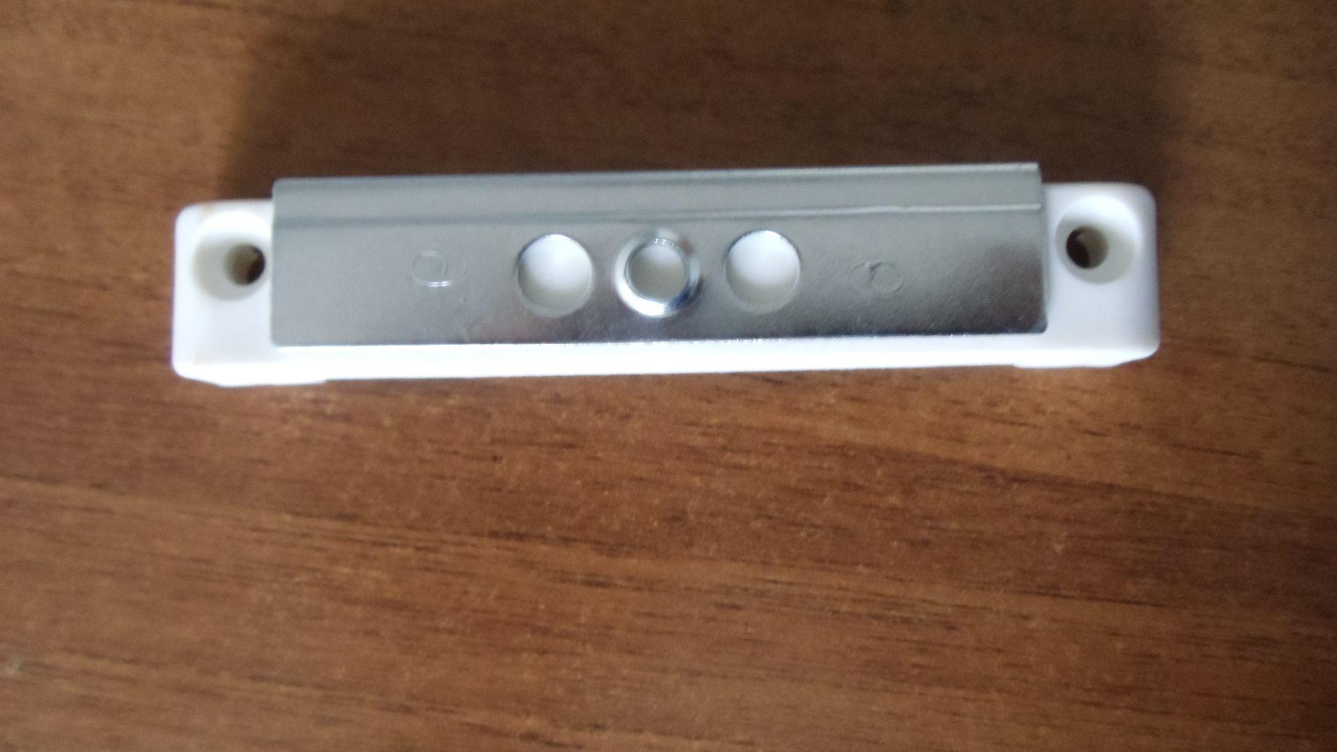Установить магнитную защелку на балконную дверь видео..
