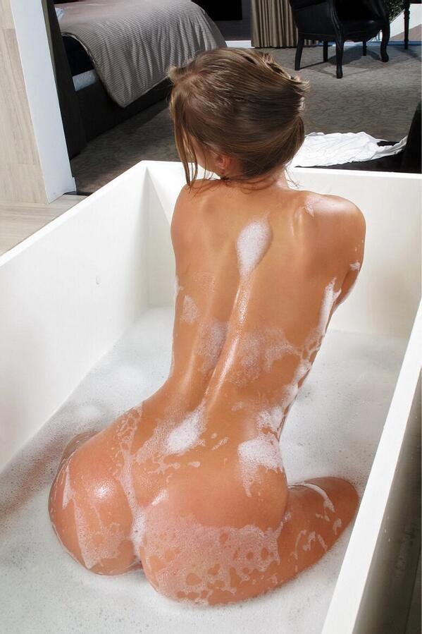 фото девушка в ванной с игрушкой для взрослых