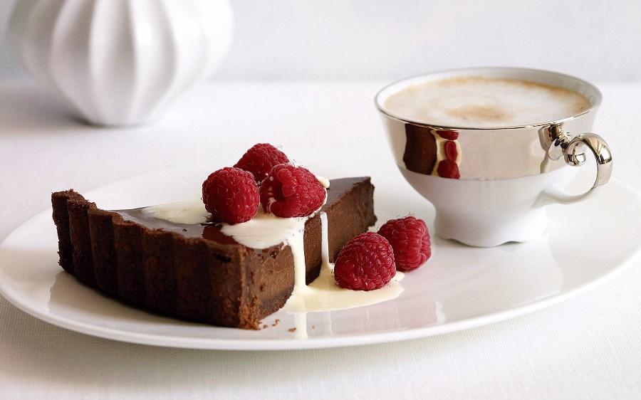 Шоколадный тортик с малиной и сливками