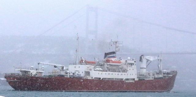Корабль ВМФ РФ «Яуза» с поднятым турецким флагом прошел через Босфор