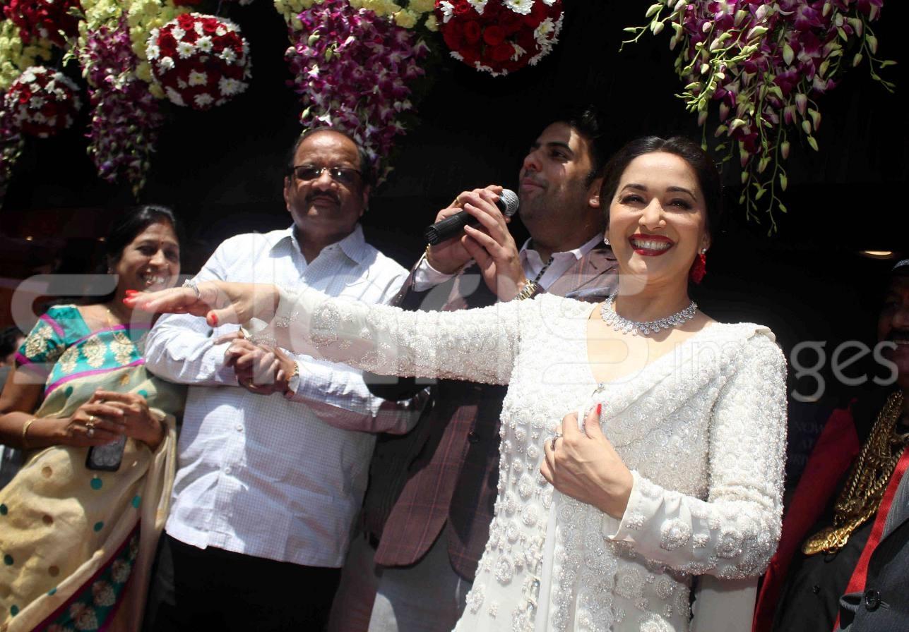 подобранная типу мадхури дикшит фото с семьей настоящего золота золотой