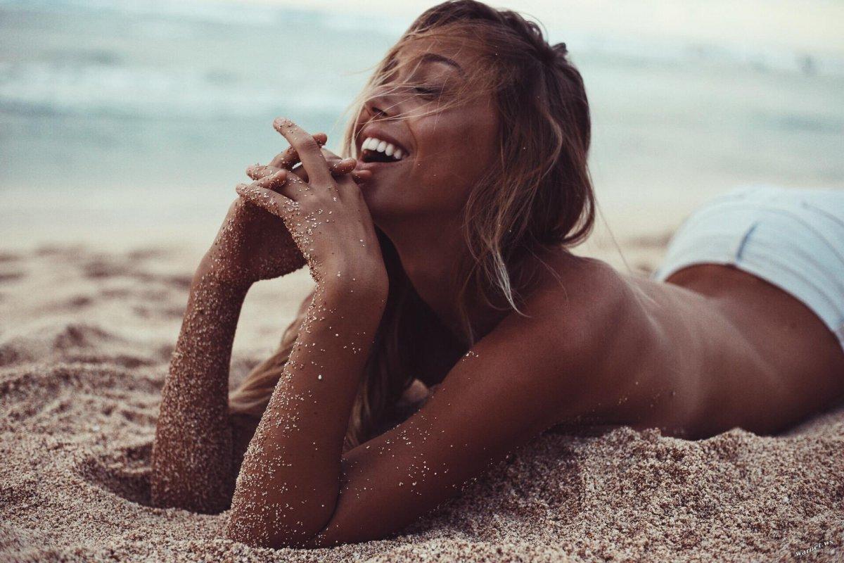 Счастливая на пляже 1