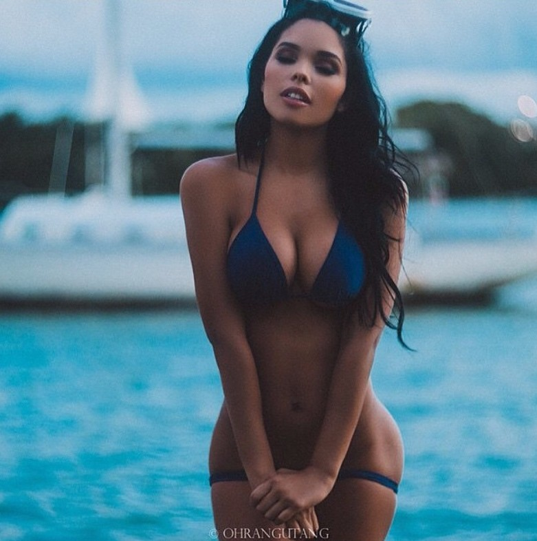 На фоне яхты