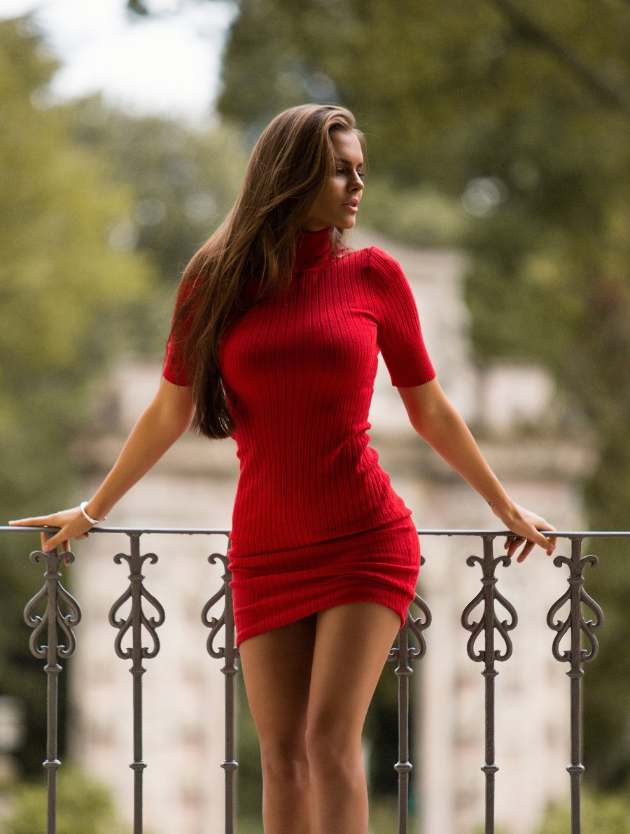 Вики в красном платье