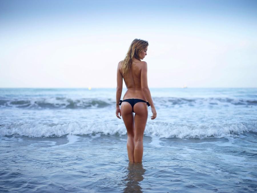 В море топлес