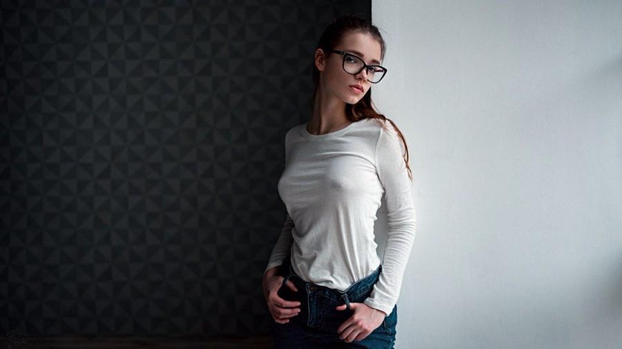 В очках