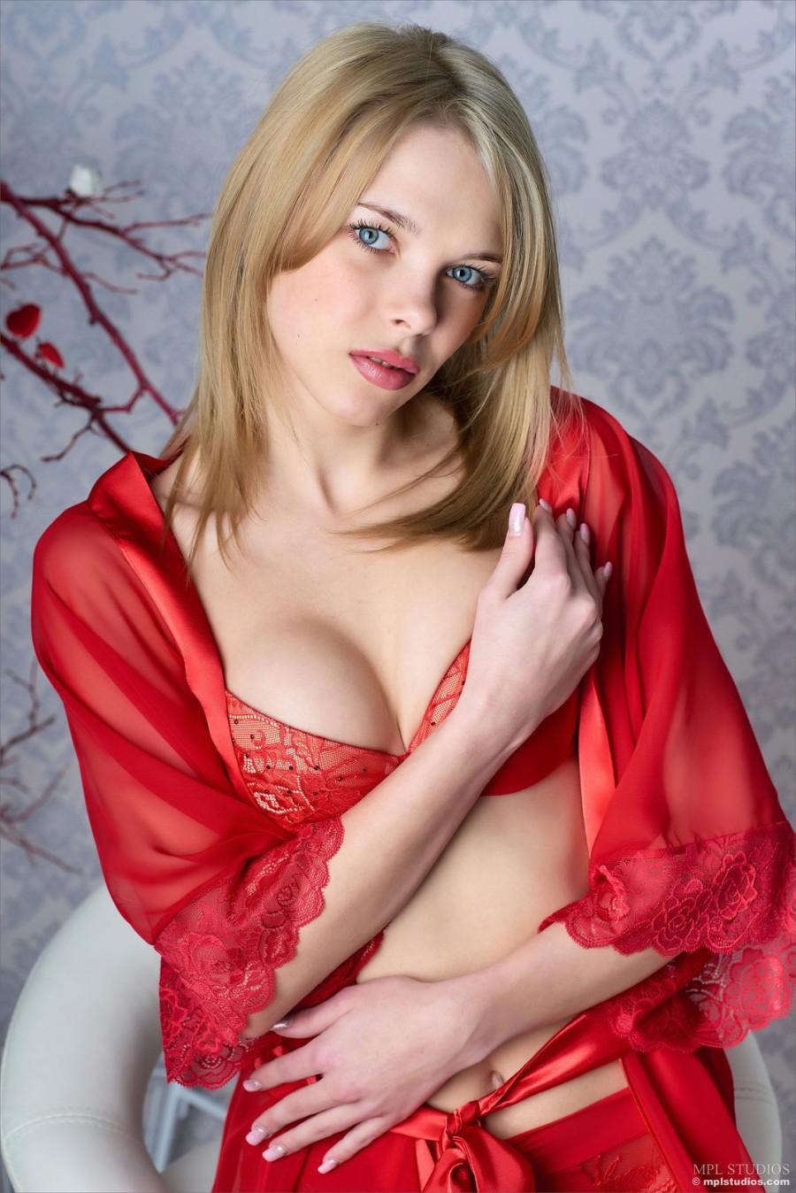 В красном белье