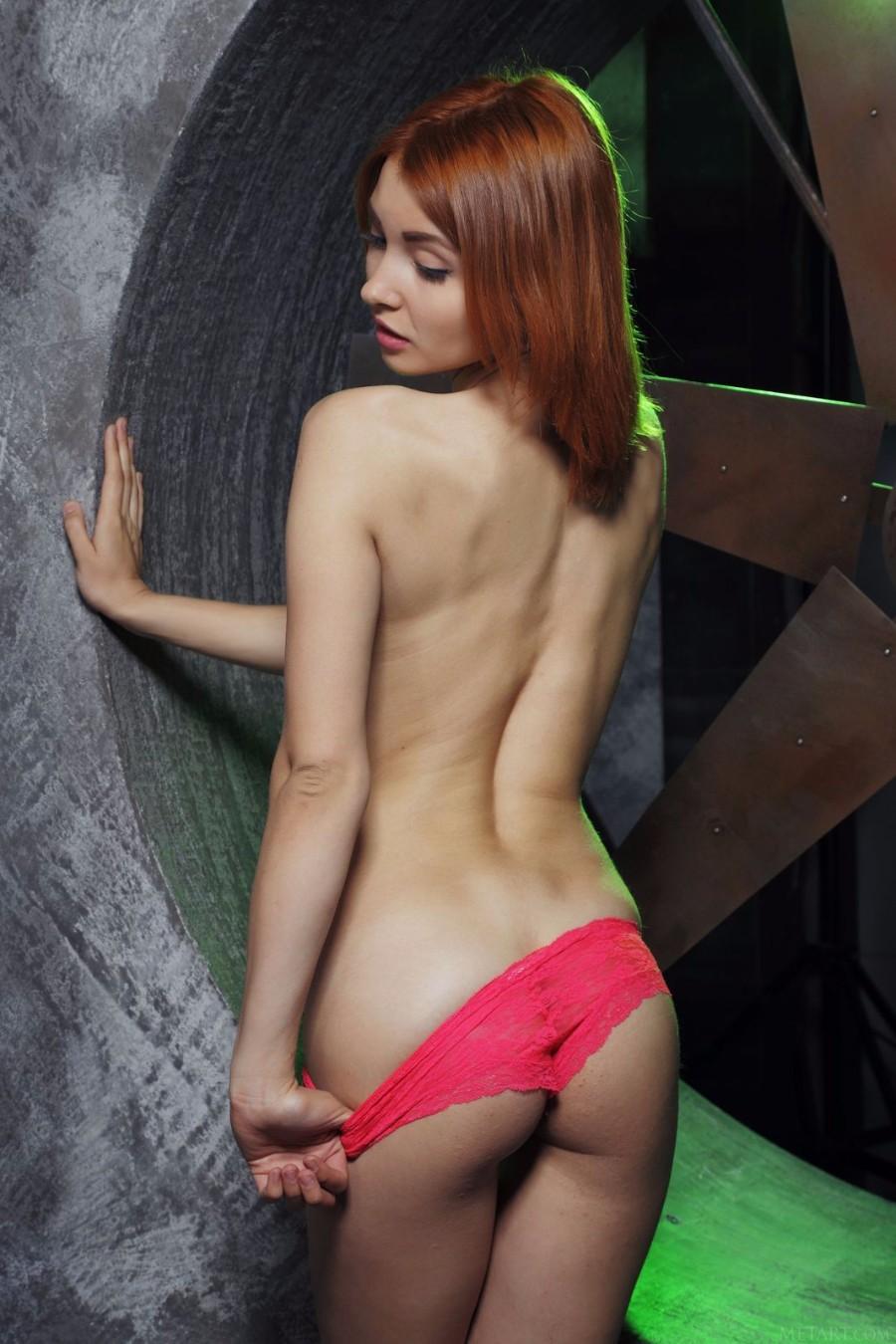 Рыжая, вид сзади