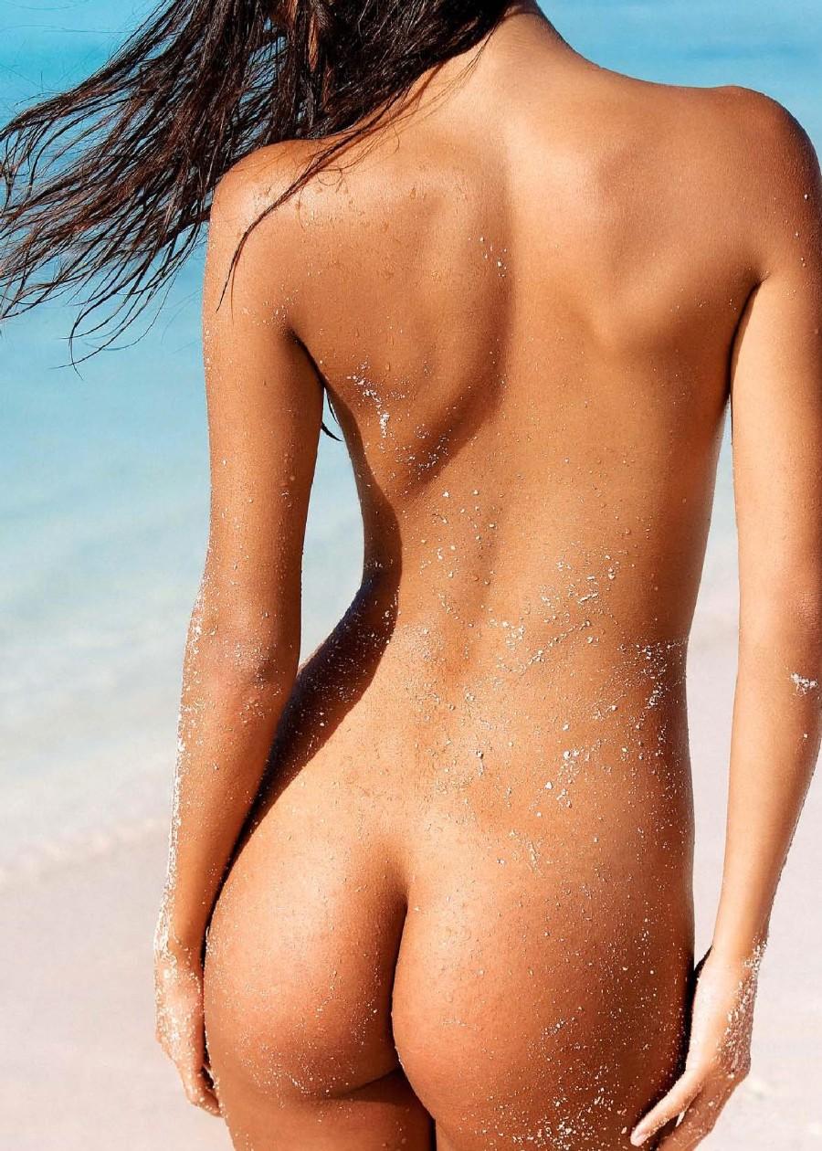 Голая на пляже