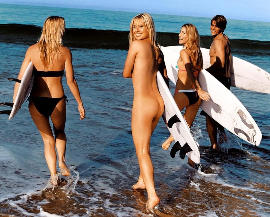 Нудистка-серфингистка