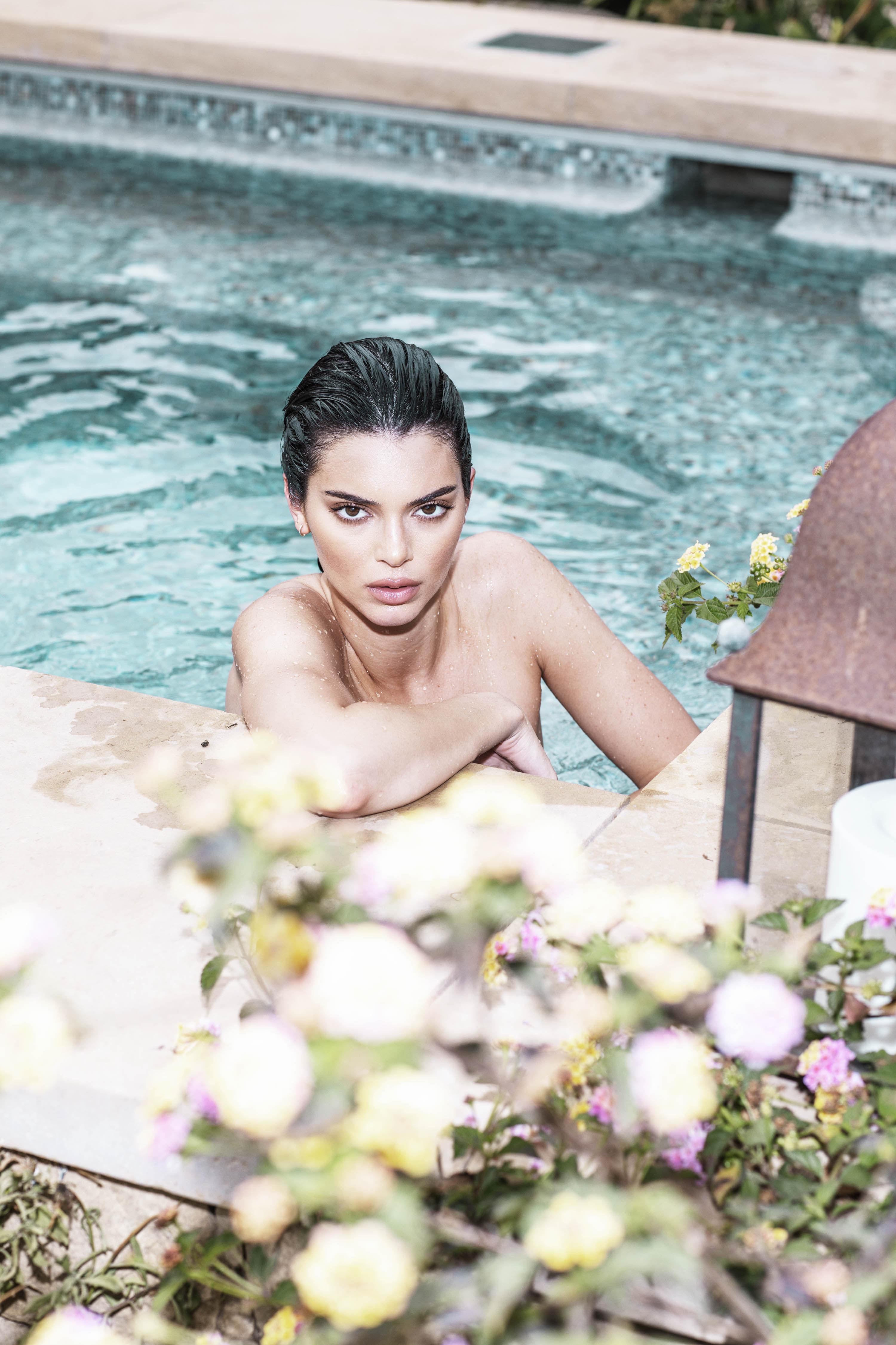 0810235419680_24_Kendall-Jenner-Nude-TheFappeningBlog.com-25.jpg