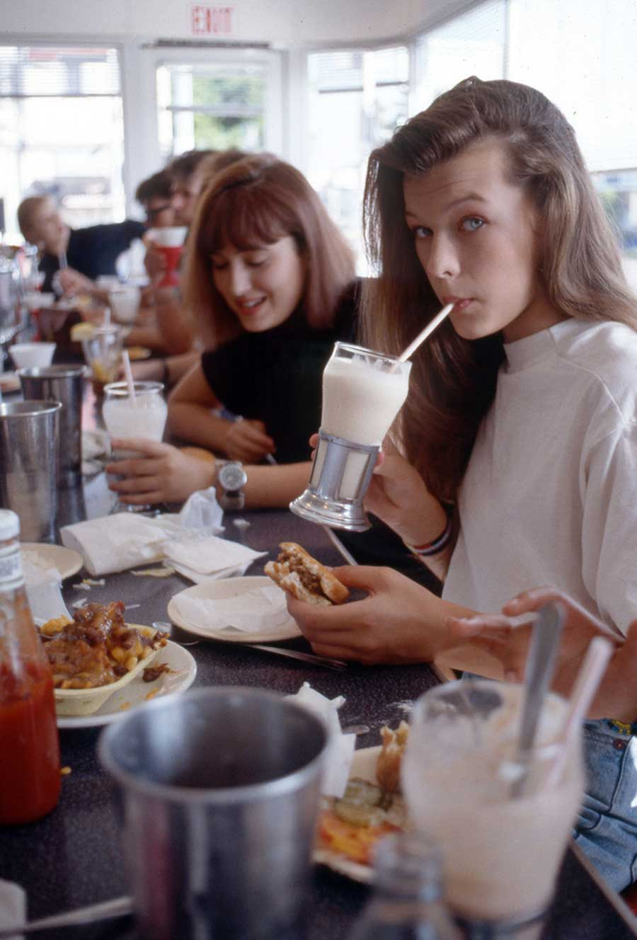 A-young-Milla-Jovovich-having-a-burger-and-milkshake-at-Johnny-Rockets-on-Melrose-in-Hollywood-1987.jpg