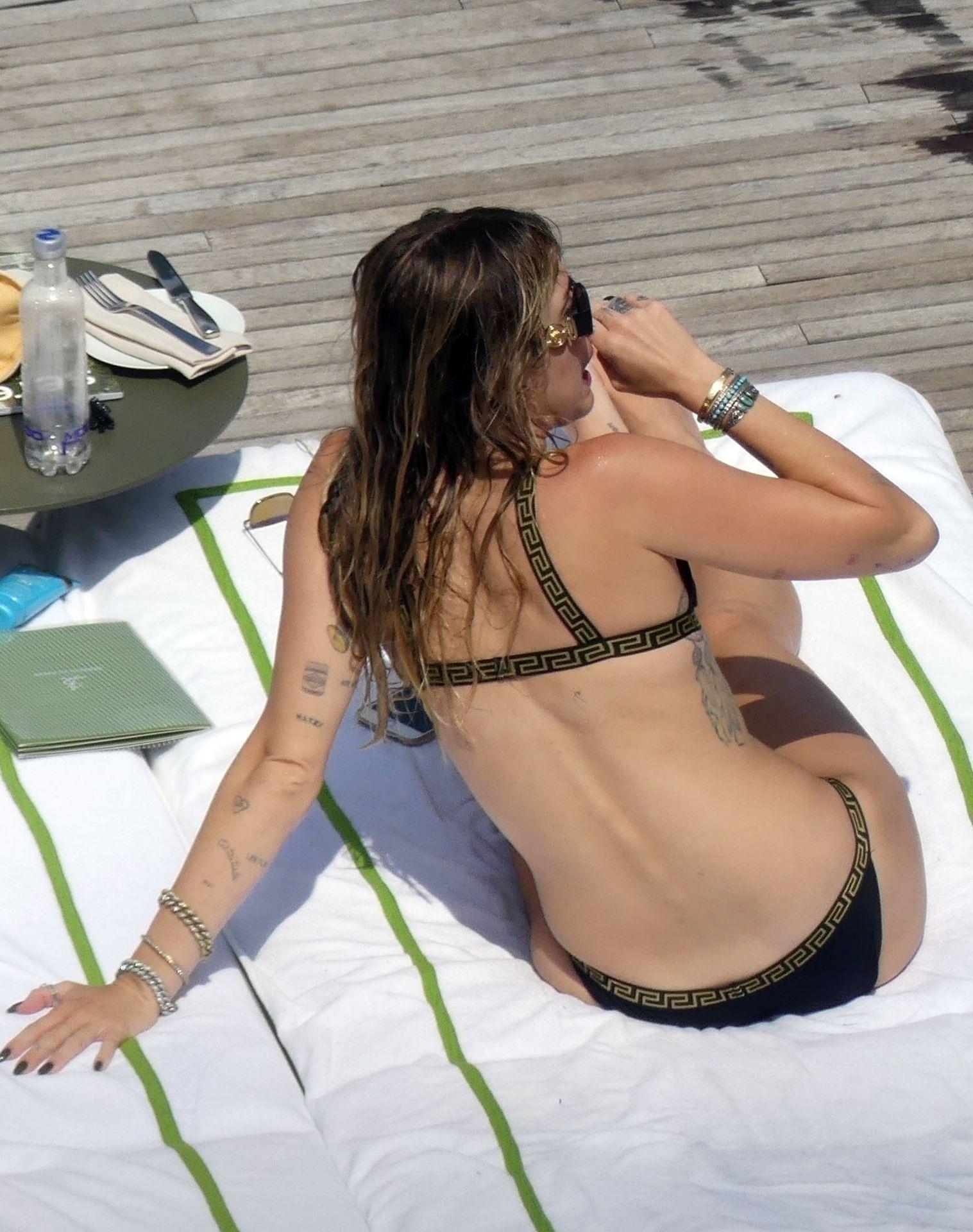 0713004446900_27_Miley-Cyrus-Topless-Kaitlynn-Carter-Hot-TheFappeningBlog.com-27.jpg