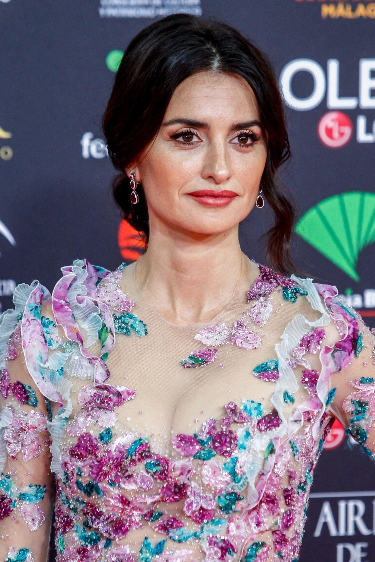 penelope-cruz-goya-cinema-awards-2020-red-carpet-in-madrid-01-25-2020-13.jpg