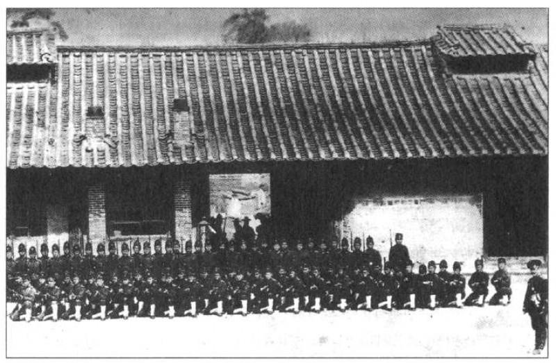 Korejskie-soldaty-s-russkim-instruktorom-1897-g.-Foto-iz-zhurnala-Vestnik-inostrannoj-literatury-.-SPb.-1904..jpg