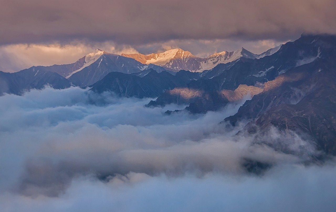 Горы Кавказа на рассвете