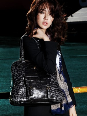 Корейская модница Yoon Eun Hye со стильной черной сумкой.